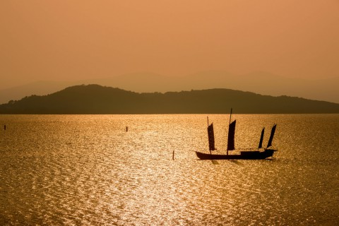 photo credit: Pai Shih Sailing on the Golden Lake via photopin (license)